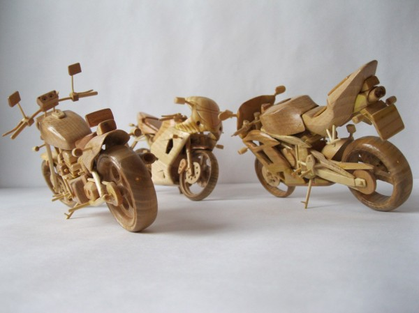 Artista ucraniano cria incríveis miniaturas de motos feitas com madeira 01