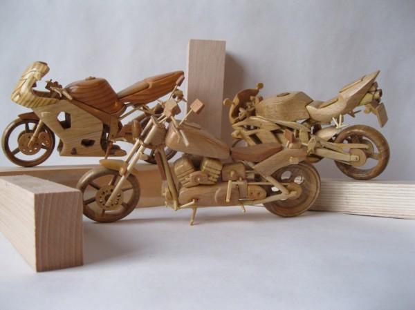 Artista ucraniano cria incríveis miniaturas de motos feitas com madeira 02