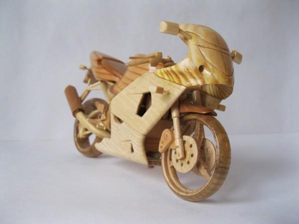 Artista ucraniano cria incríveis miniaturas de motos feitas com madeira 05