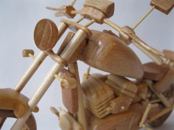 Artista ucraniano cria incríveis miniaturas de motos feitas com madeira 06