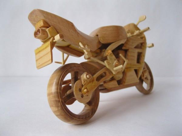 Artista ucraniano cria incríveis miniaturas de motos feitas com madeira 07