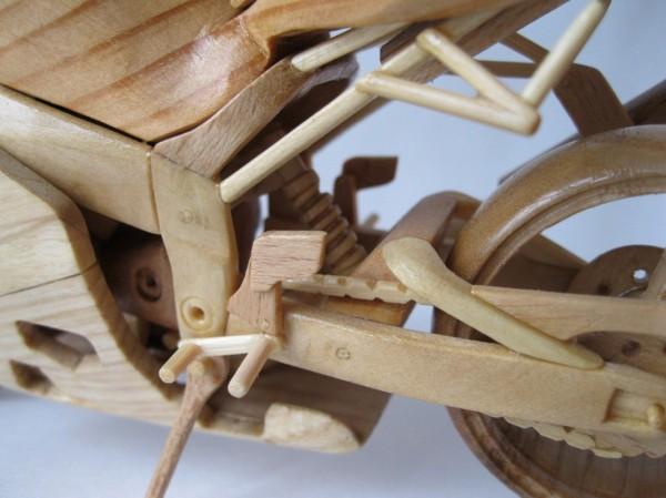 Artista ucraniano cria incríveis miniaturas de motos feitas com madeira 09