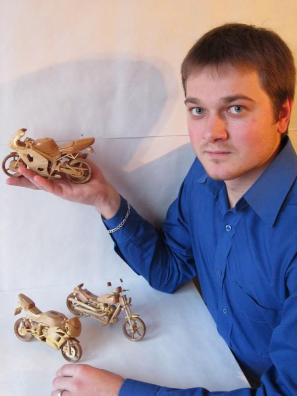 Artista ucraniano cria incríveis miniaturas de motos feitas com madeira 11