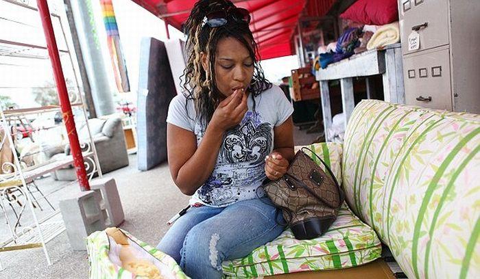 Mulher não consegue parar de comer espuma de sofás