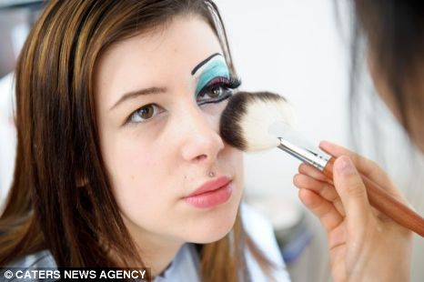 Mulher gasta 8 mil dólares para parecer com uma drag queen
