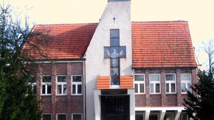 Bizarra cerimônia de iniciação em escola polonesa 01