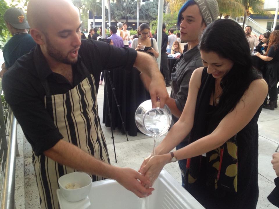 Artista usa sua própria gordura corporal lipoaspirada para fazer sabão