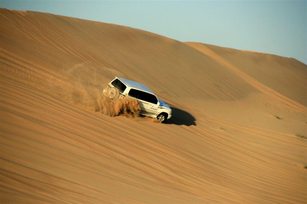 Procurando emoções fortes nas dunas de areais do deserto