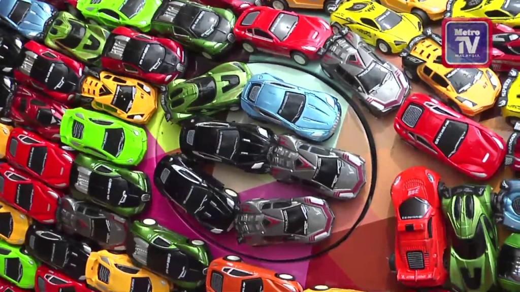Colecionador decora seu Jaguar S-Type com 4.600 carrinhos coloridos de brinquedo