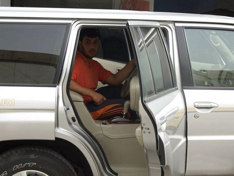 Carro tunado com direção no banco traseiro 02