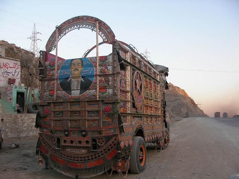 Arte dos coloridos caminhões paquistaneses 01