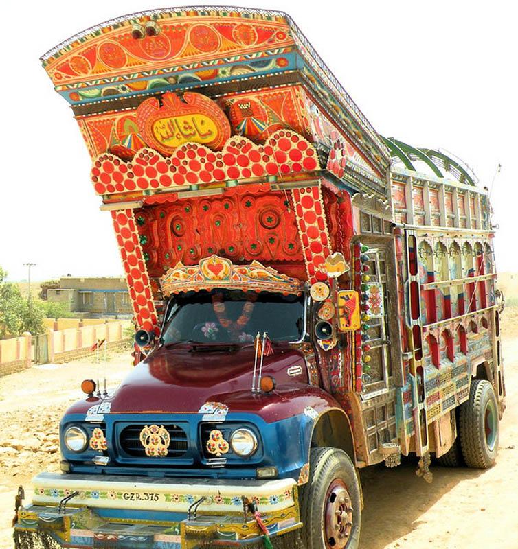 Arte dos coloridos caminhões paquistaneses 12