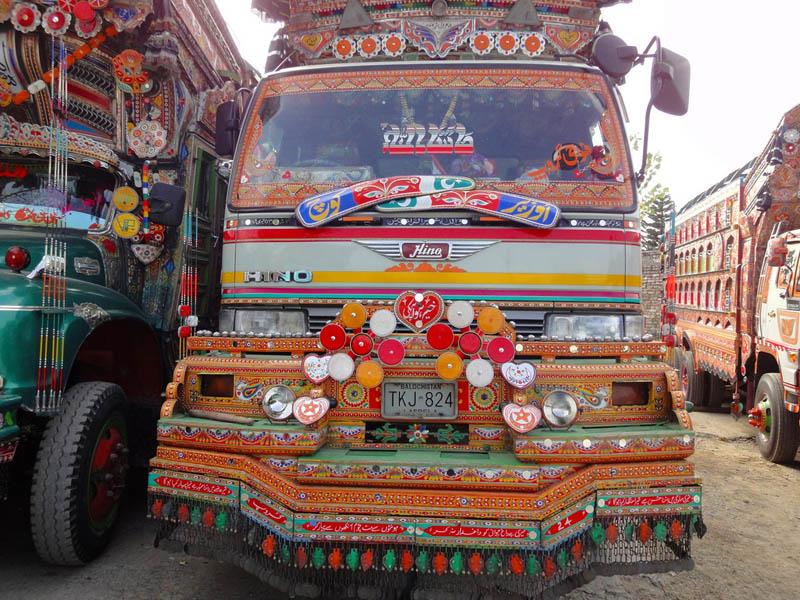 Arte dos coloridos caminhões paquistaneses 18