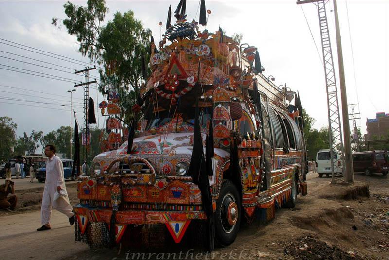 Arte dos coloridos caminhões paquistaneses 22