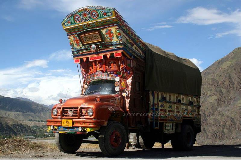 Arte dos coloridos caminhões paquistaneses 24