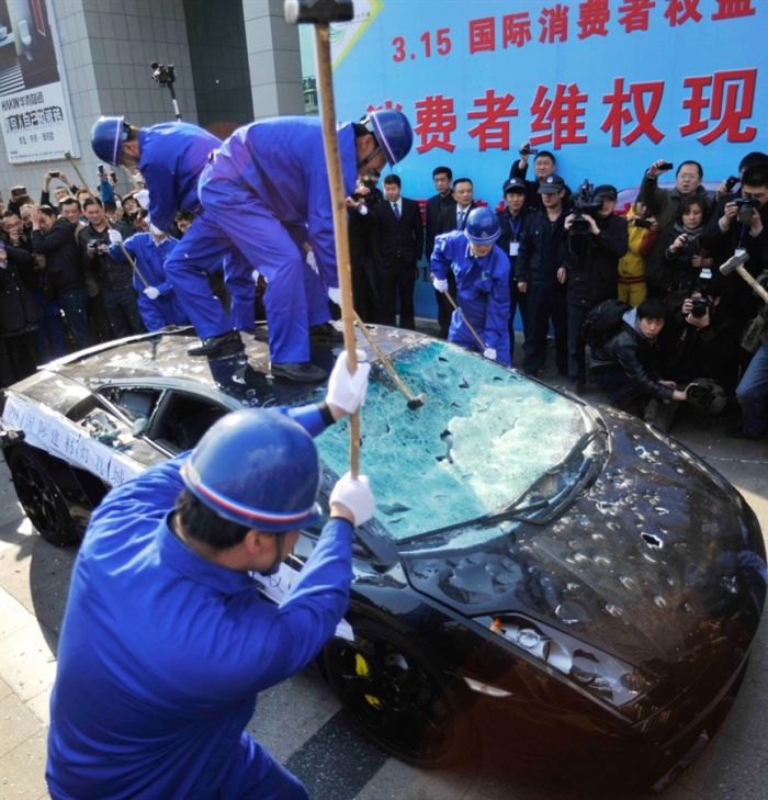 Dono de Lamborghini Gallardo destr�i seu pr�prio carro em protesto aos direitos de consumidor