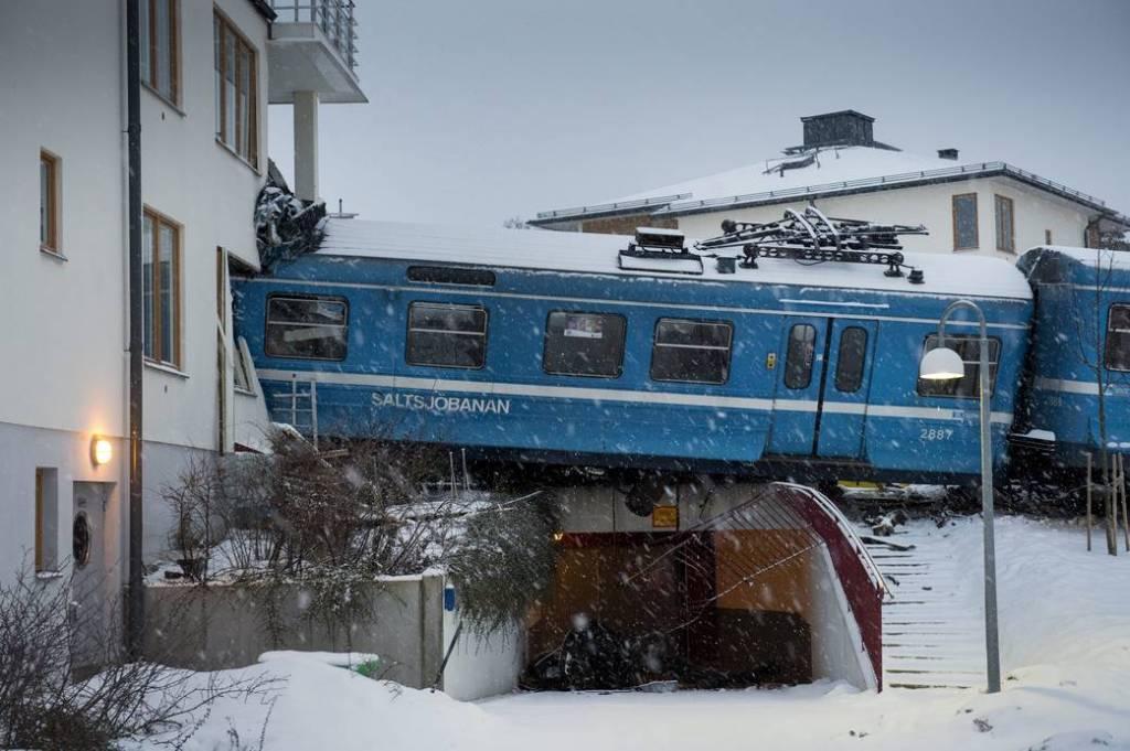 Mulher rouba trem na Suécia para provar que podia guiá-lo e bate contra uma casa 01