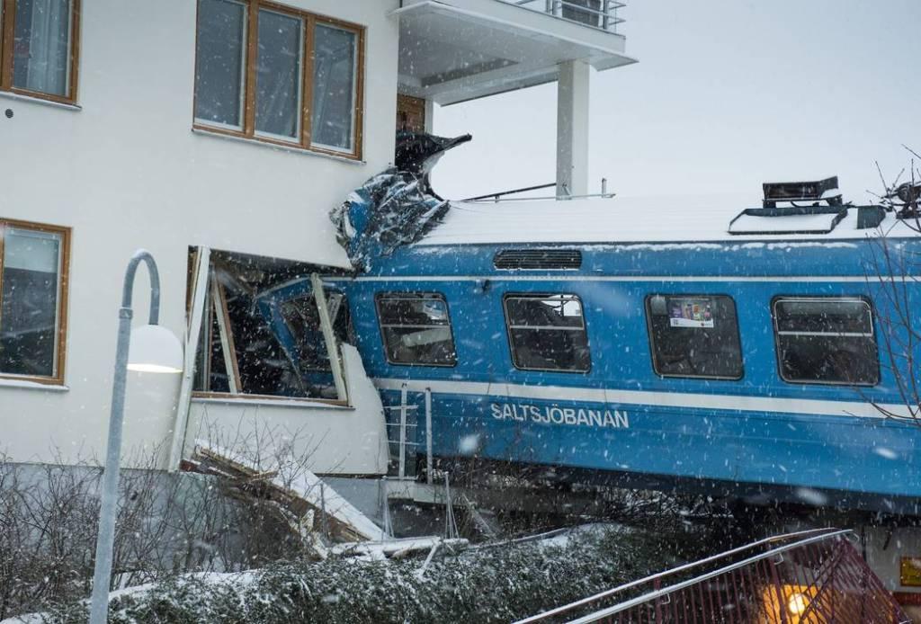 Mulher rouba trem na Suécia para provar que podia guiá-lo e bate contra uma casa 02