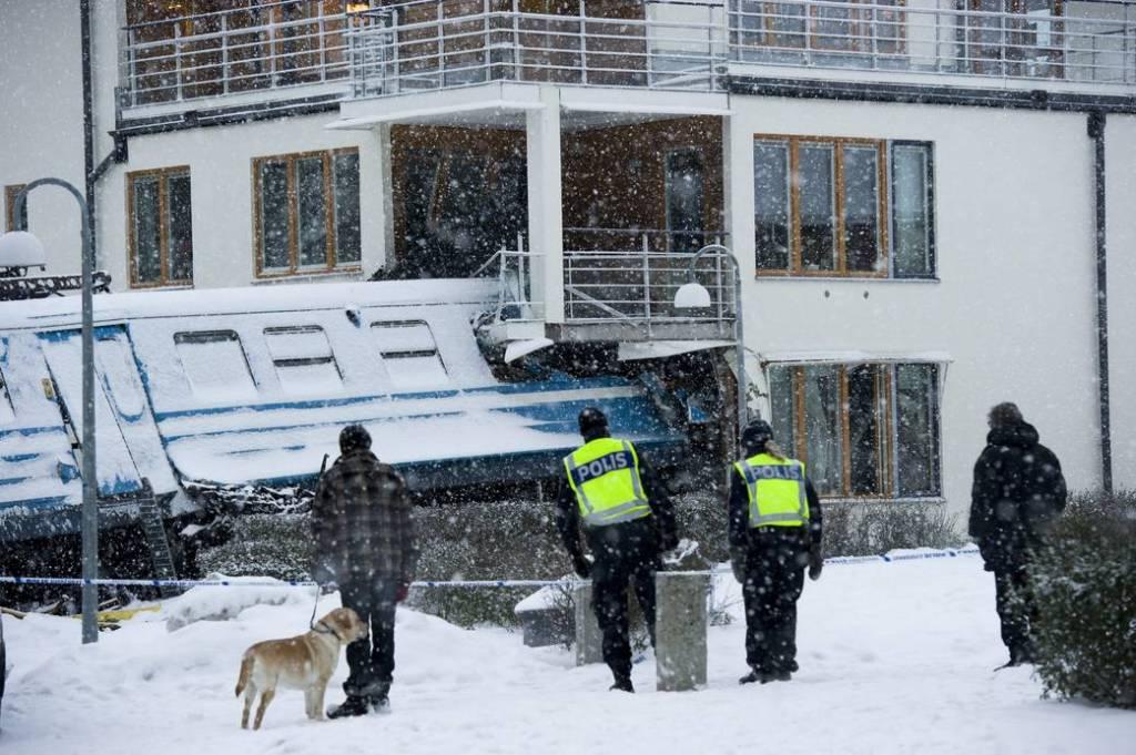 Mulher rouba trem na Suécia para provar que podia guiá-lo e bate contra uma casa 03