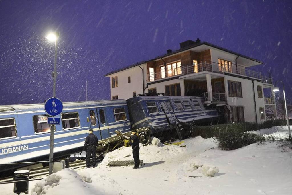 Mulher rouba trem na Suécia para provar que podia guiá-lo e bate contra uma casa 04