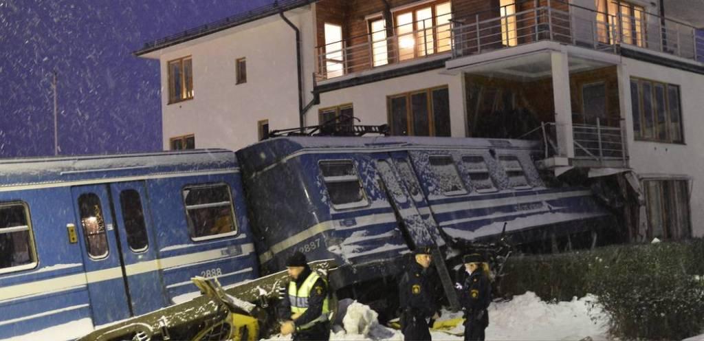 Mulher rouba trem na Suécia para provar que podia guiá-lo e bate contra uma casa 05