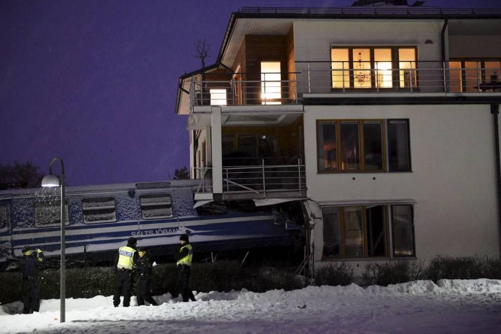 Mulher rouba trem na Suécia para provar que podia guiá-lo e bate contra uma casa 06