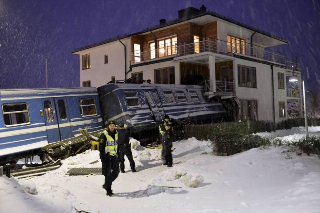 Mulher rouba trem na Suécia para provar que podia guiá-lo e bate contra uma casa 07