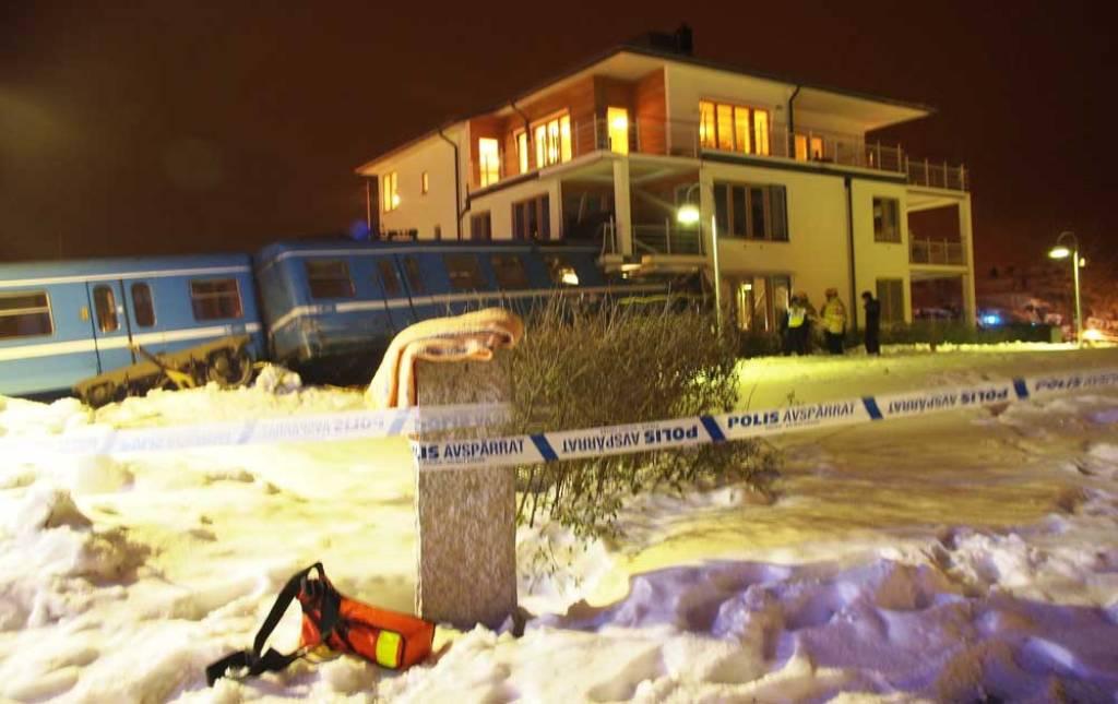 Mulher rouba trem na Suécia para provar que podia guiá-lo e bate contra uma casa 09