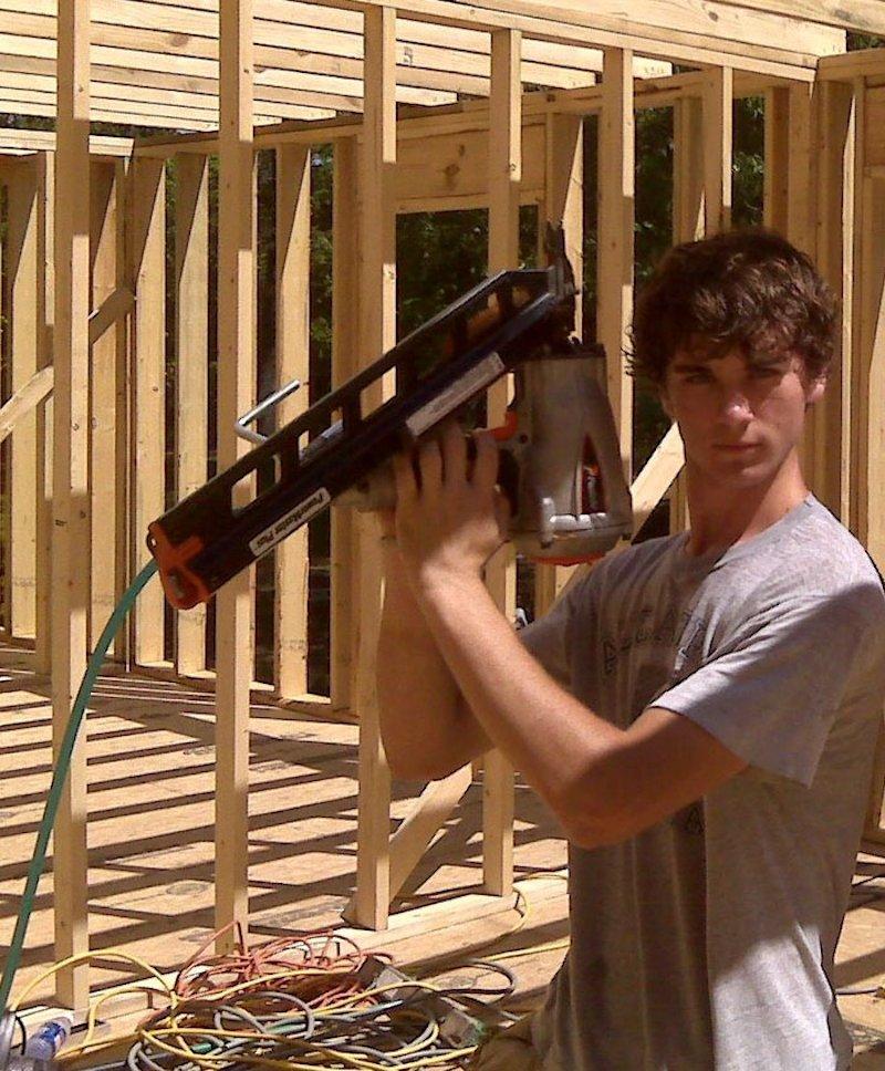Mãe de quatro constrói casa dos sonhos usando os tutoriais do YouTube 05