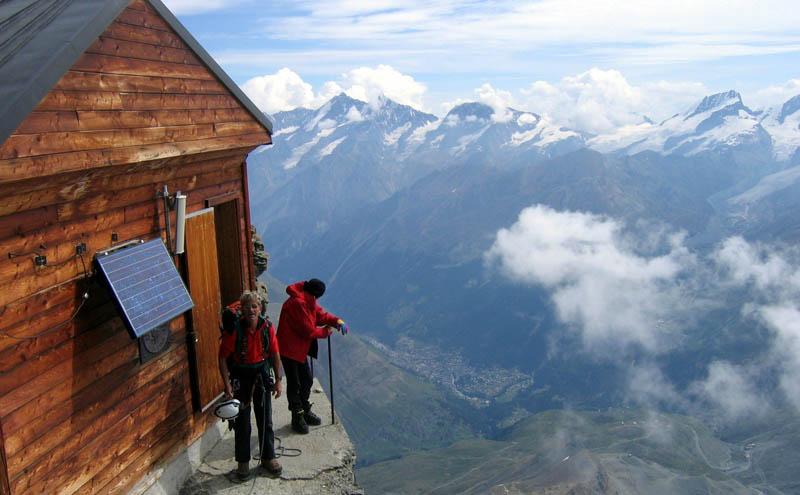 Uma cabana acima das nuvens sobre o Matterhorn 01