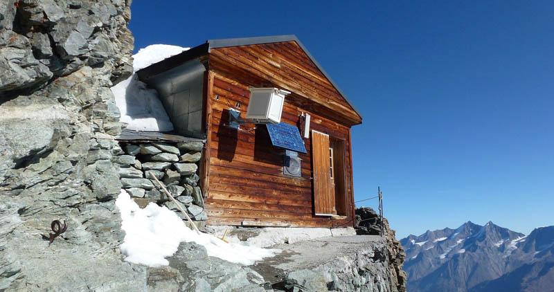 Uma cabana acima das nuvens sobre o Matterhorn 02