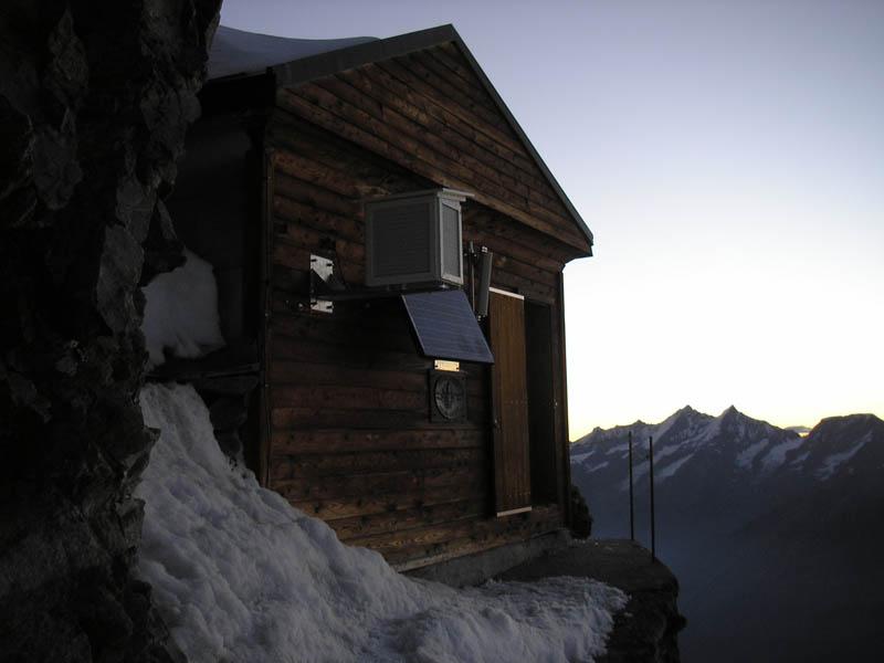 Uma cabana acima das nuvens sobre o Matterhorn 05