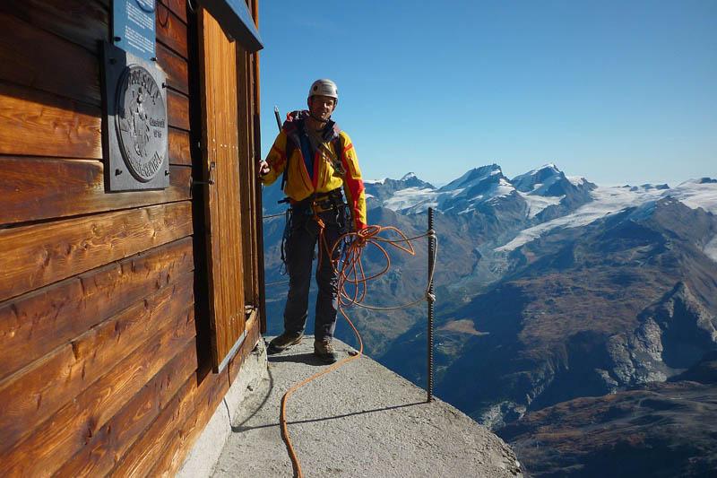 Uma cabana acima das nuvens sobre o Matterhorn 07