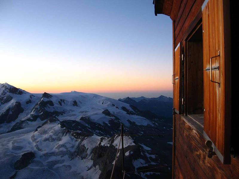 Uma cabana acima das nuvens sobre o Matterhorn 08