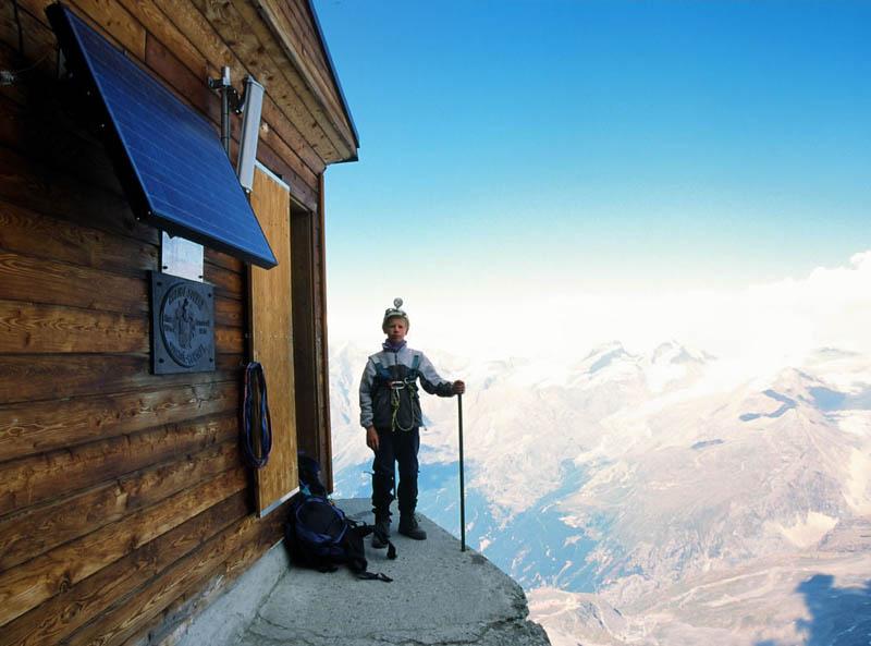 Uma cabana acima das nuvens sobre o Matterhorn 09