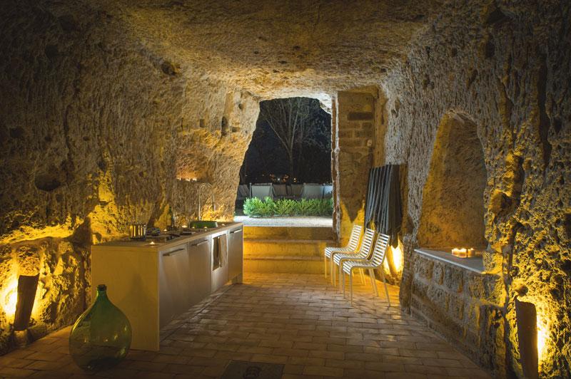 Uma casa construída dentro da caverna 02