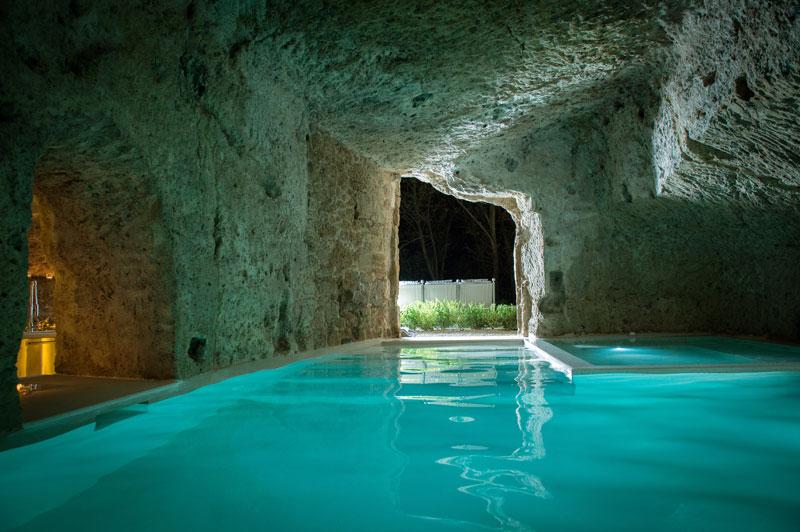 Uma casa construída dentro da caverna 12