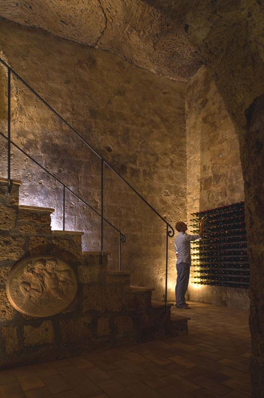 Uma casa construída dentro da caverna 14