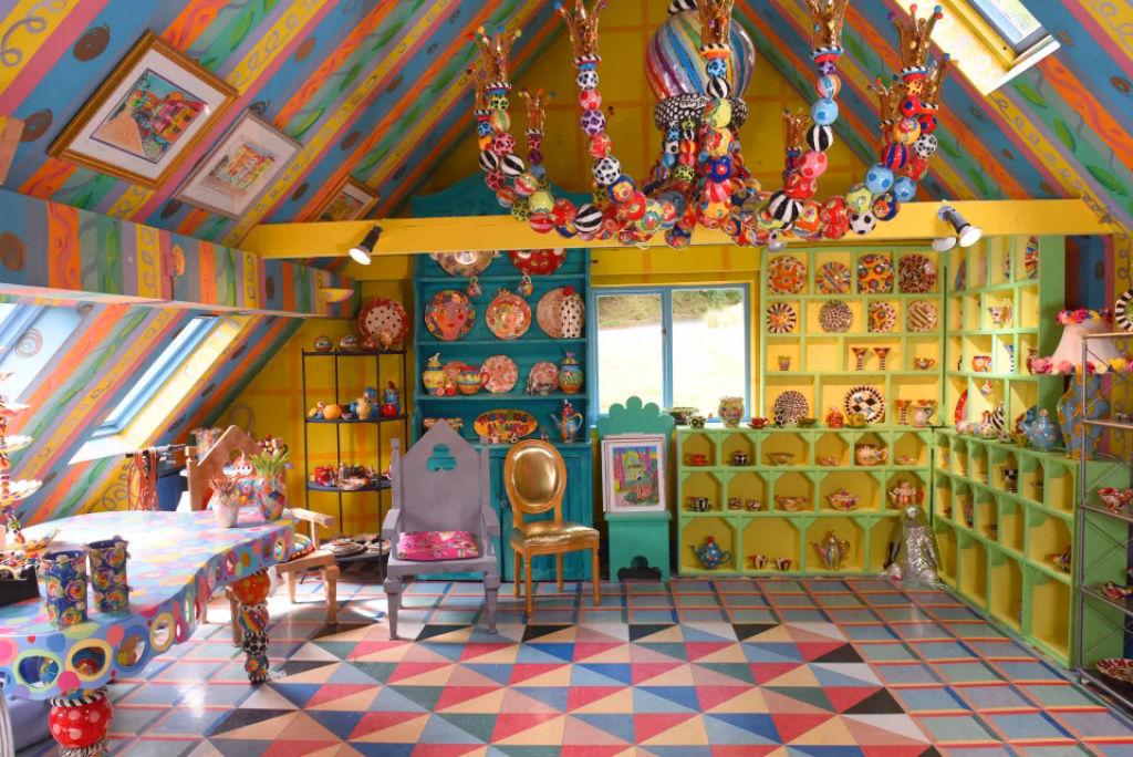 Britânica torna sua casa invendável após 30 anos de decoração 08