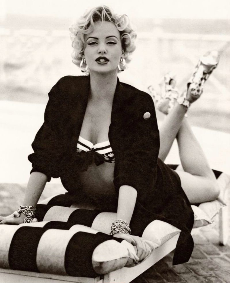 Charlize Theron encarnando Marilyn Monroe