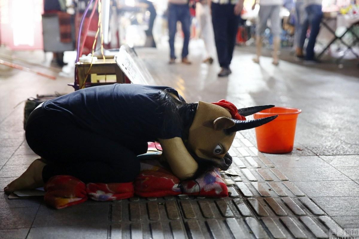 Adolescente chinesa se veste como vaca  e pede às pessoas a montá-la para arrecadar dinheiro para o pai doente