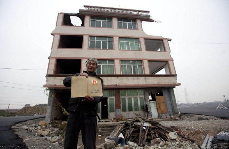 Rodovia chinesa construída em volta de uma casa, cujos donos se recusam a mudar 04