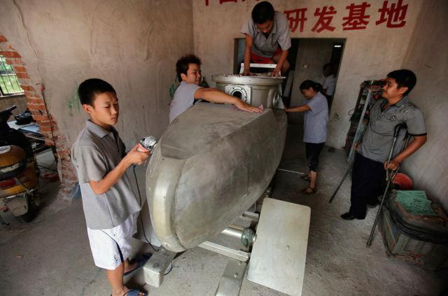 Chinês constrói mini-submarino 01