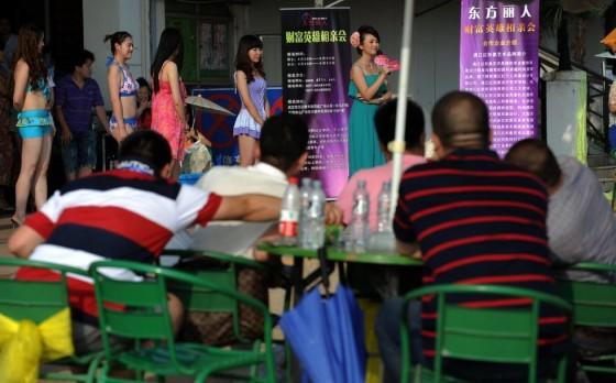 Evento promove encontro entre milionários e candidatas a namoradas 03