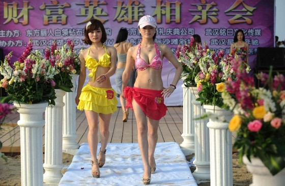Evento promove encontro entre milionários e candidatas a namoradas 05