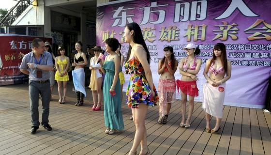 Evento promove encontro entre milionários e candidatas a namoradas 11