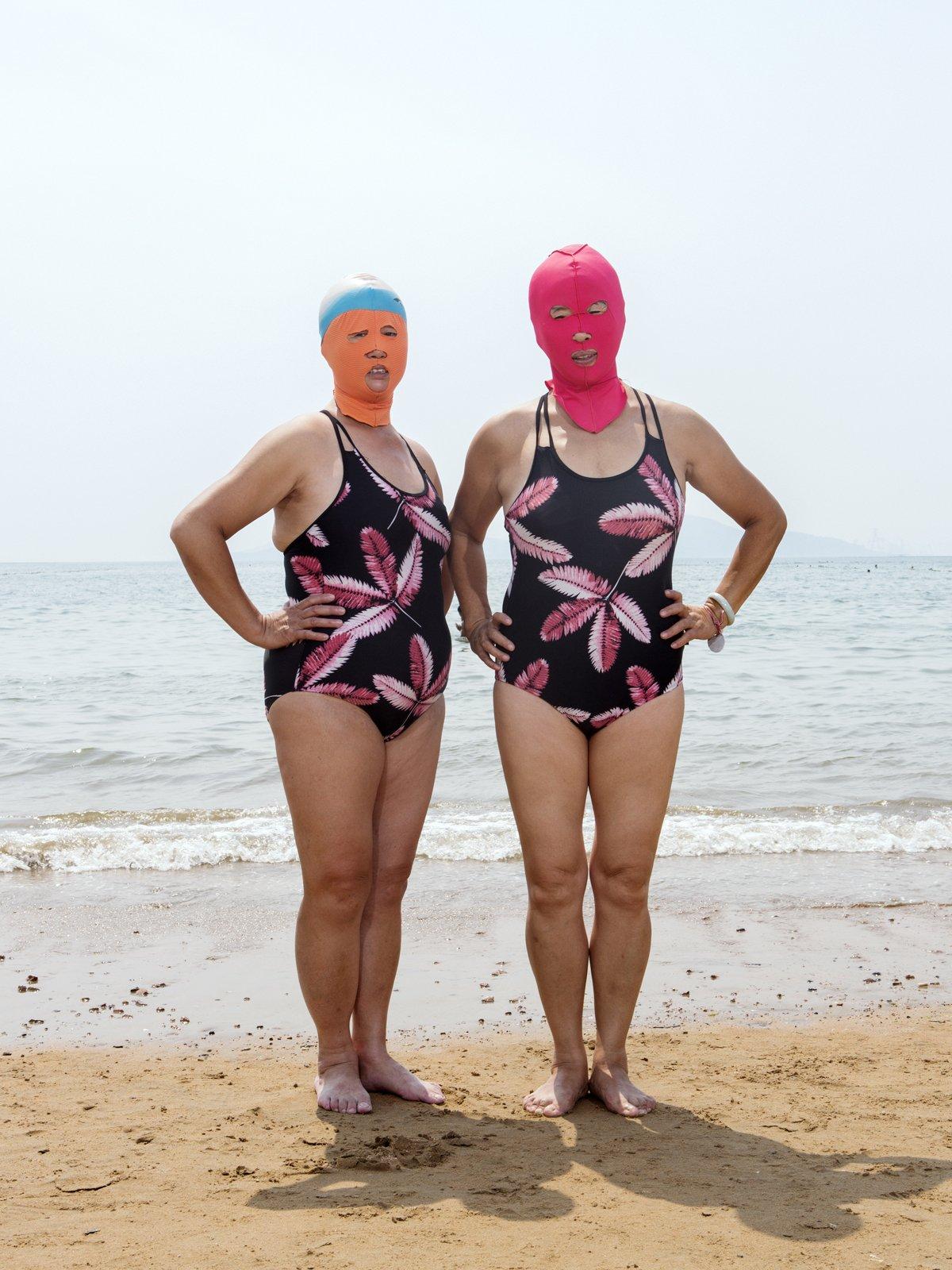 As máscaras faciais usadas nas praias chinesas 01