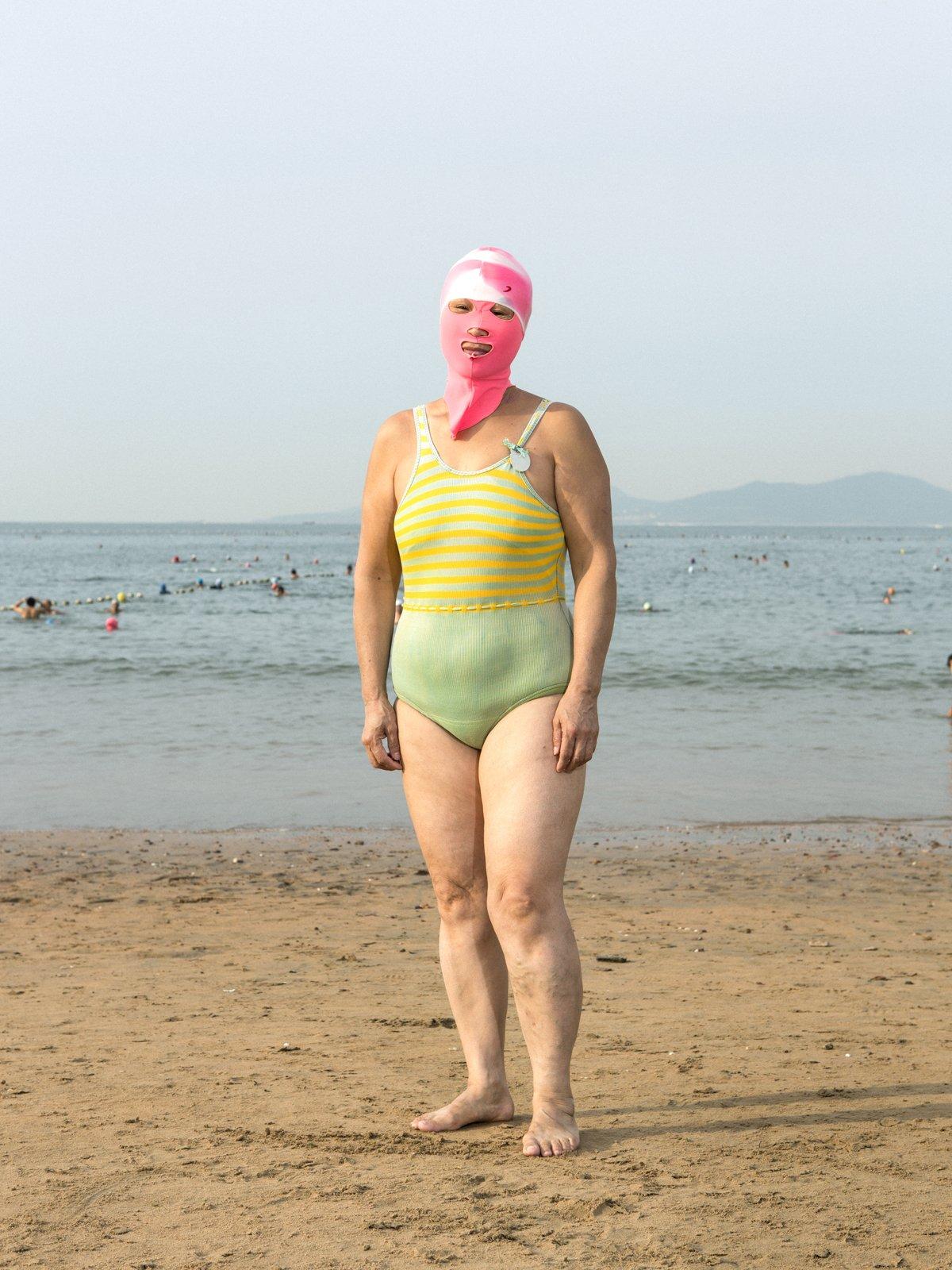 As máscaras faciais usadas nas praias chinesas 03