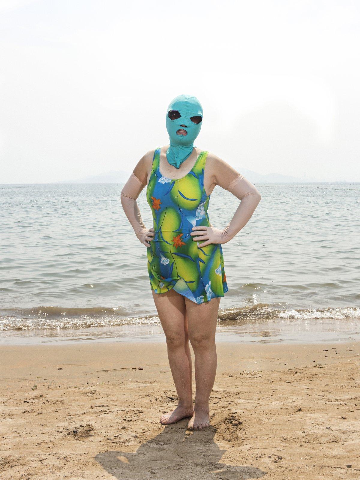 As máscaras faciais usadas nas praias chinesas 04
