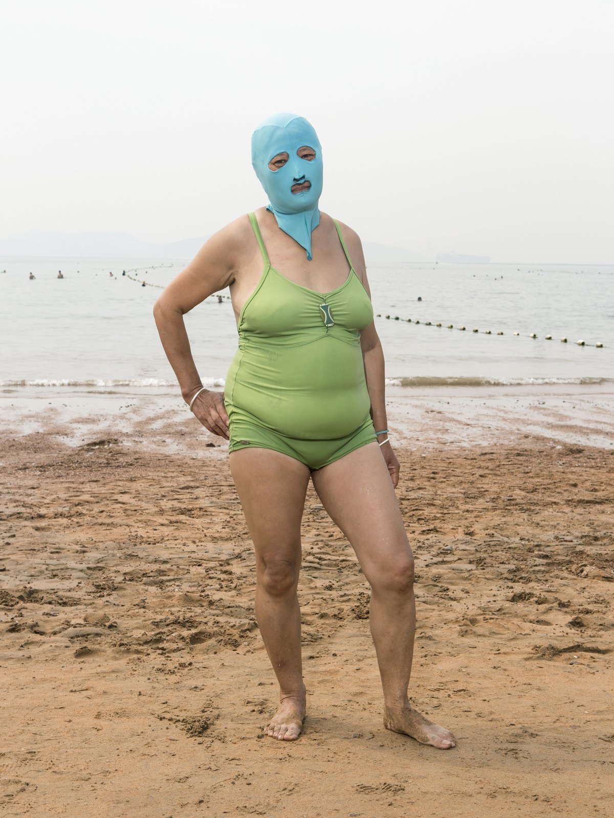 As máscaras faciais usadas nas praias chinesas 05